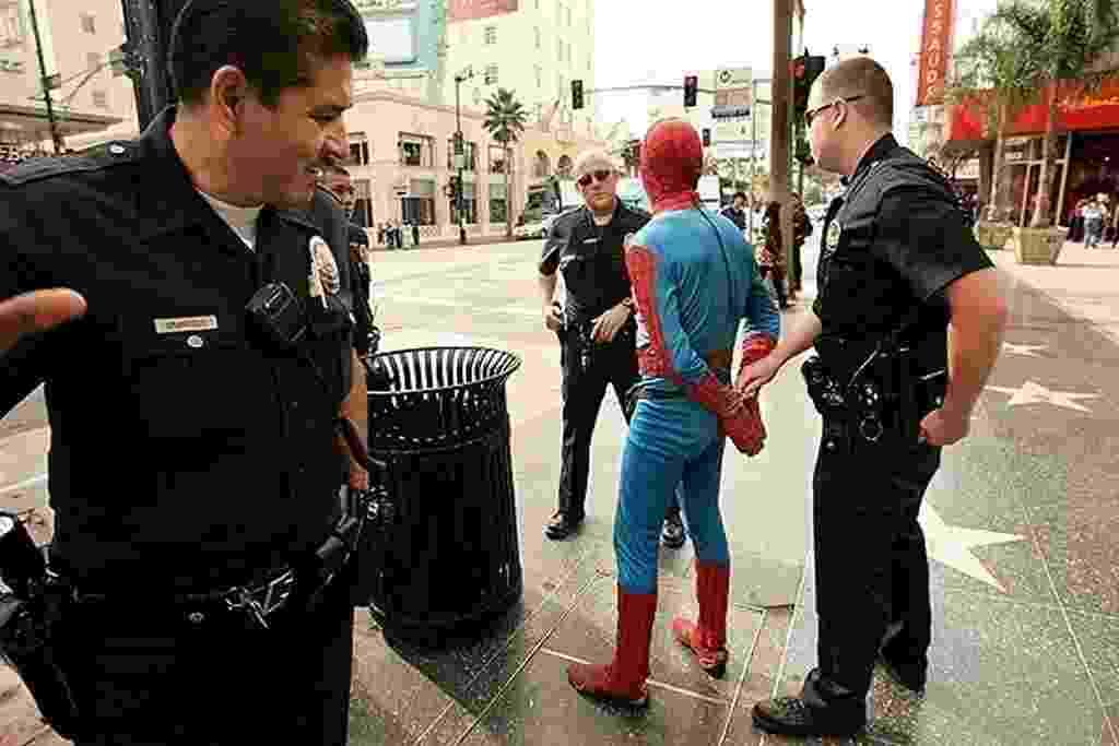 Fantasiado de Homem-Aranha, Christopher Loomis foi preso por agressão em 2009 - Reprodução