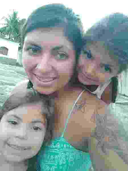 """Priscila e as filhas de 3 e 4 anos que são """"pequenas e agitadas"""" - Arquivo Pessoal"""