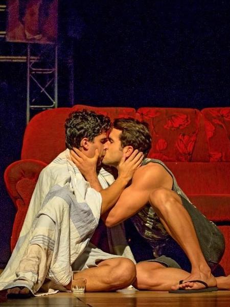 Ex-Vivi Araújo, Kainan Ferraz beija homem em show - Reprodução/Instagram
