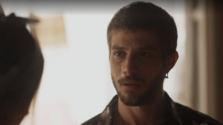 Ícaro (Chay Suede) se desespera ao descobrir que cliente falsa é sua mãe, Luzia (Giovanna Antonelli) - Reprodução/Globo
