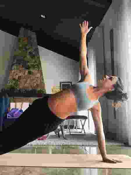 Isis Valverde faz ioga com barriguinha de grávida à mostra - Reprodução/Instagram