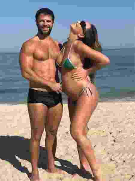 Sabrina exibe barrigão de grávida na praia - Reprodução/Instagram