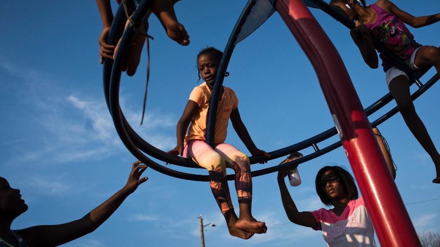 Crianças brincam em um playground em Detroit, nos Estados Unidos - Hilary Swift/The New York Times