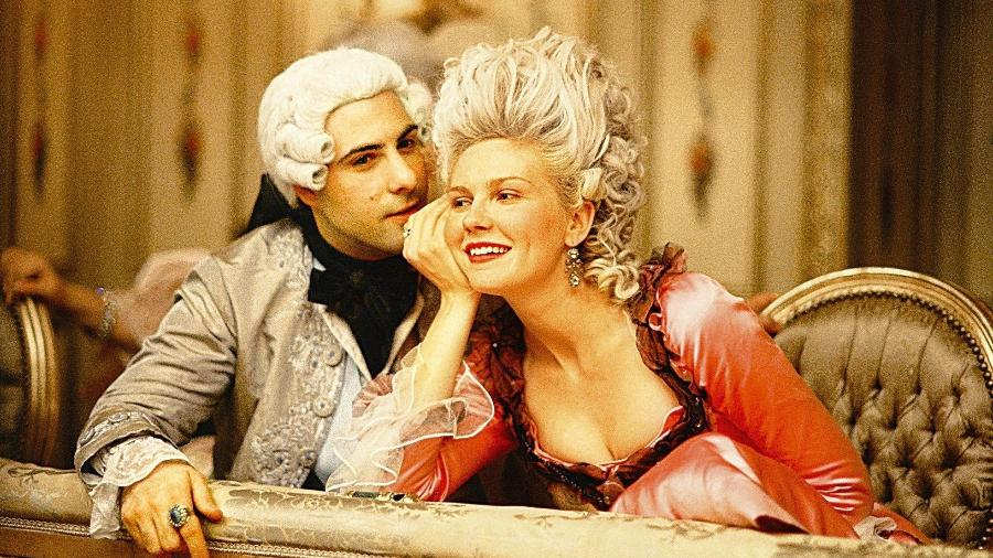 """A atriz Kirsten Dunst, como a rainha Maria Antonieta e o ator Jason Schwartzman em cena do filme """"Maria Antonieta"""", de Sofia Coppola - Divulgação"""