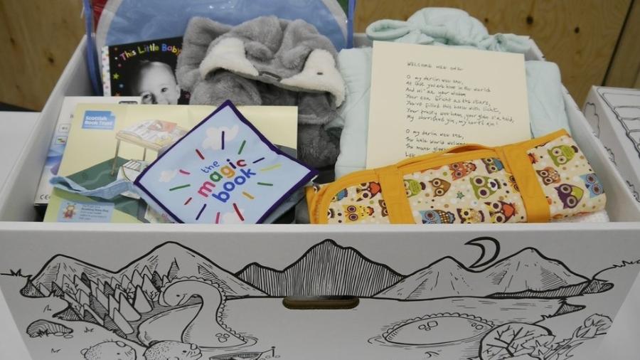 A caixa de papelão contém uma variedade de produtos essenciais para bebês recém-nascidos - Governo escocês
