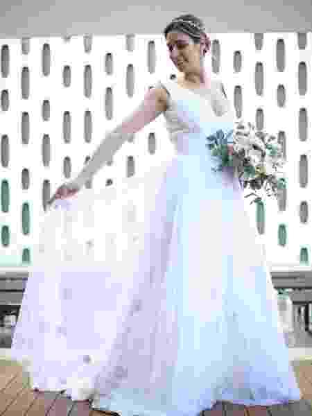 Vestido assinado por Maria Mendes tem aplicações com flores e folhas em couro - Georgena Godinho