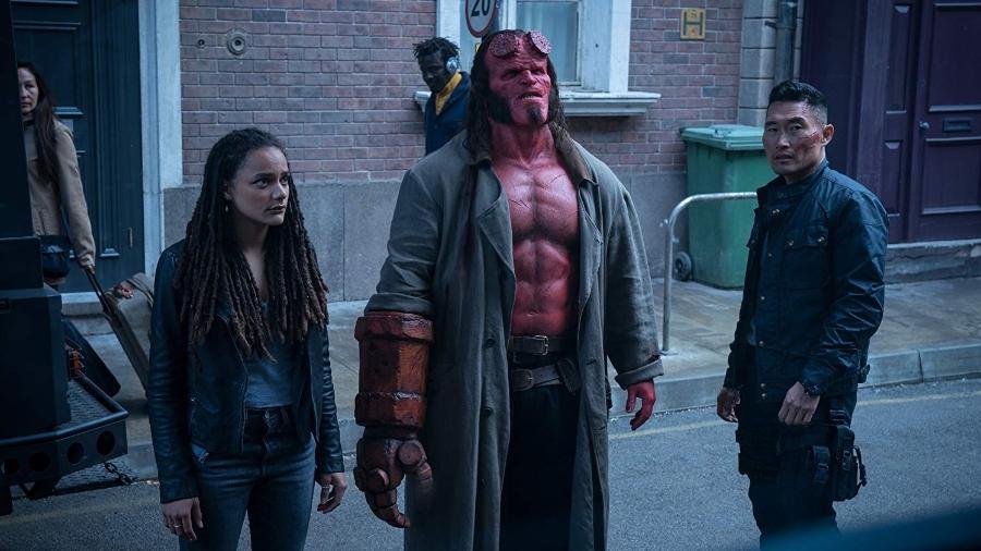 """Sasha Lane com  David Harbour e Daniel Dae Kim em cena de """"Hellboy"""" - Divulgação"""