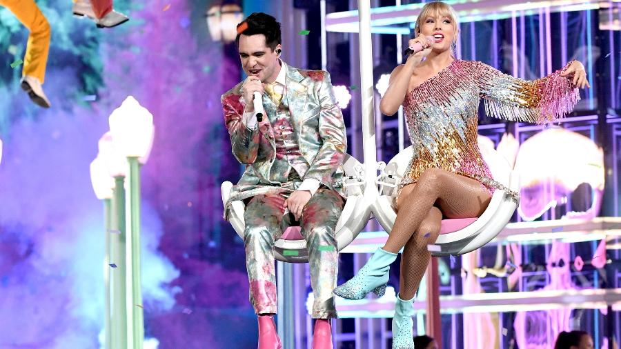 "Taylor Swift e Brendon Urie voam sobre o público na primeira performance de ""Me!"", no Billboard Music Awards 2019 - Kevin Winter/Getty Images for dcp"