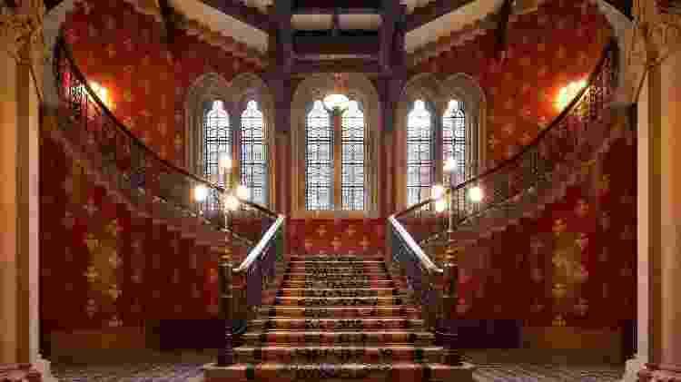 """Quem não lembra da escadaria do clipe de """"Wannabe""""? Ela integra uma das áreas do luxuoso St Pancras Renaissance Hotel London, que serviu de locação para o clipe - Reprodução/St Pancras Renaissance Hotel - Reprodução/St Pancras Renaissance Hotel"""