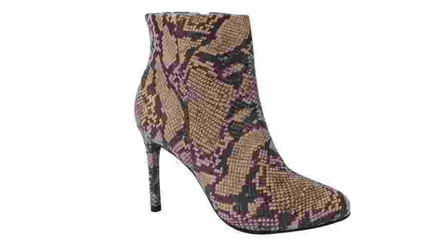 Ankle boot de salto fino Via Uno, com eco couro (sintético) de cobra em tons terrosos. Preço sugerido: R$ 139,00 - Divulgação