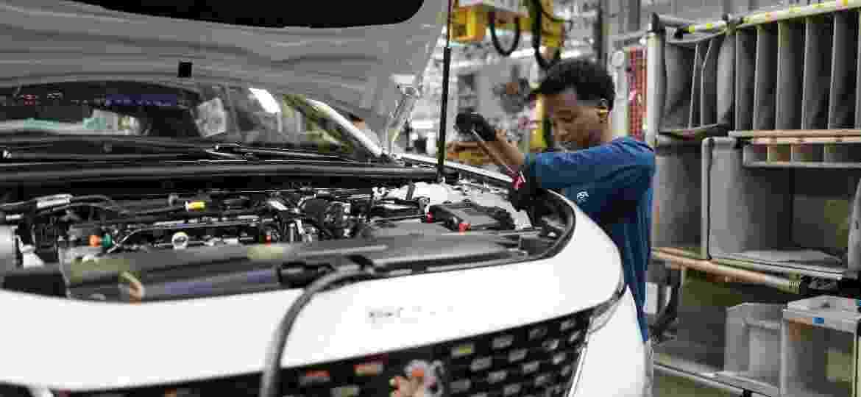 Funcionário na fábrica da  PSA Peugeot Citroen, em Mulhouse - SEBASTIEN BOZON/AFP