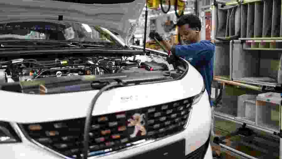 Informação foi divulgada por executivos da montadora francesa e representantes de metalúrgicos - SEBASTIEN BOZON/AFP