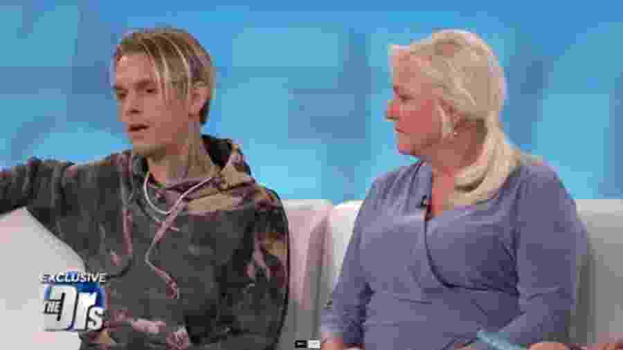 Aaron Carter e sua mãe, Jane, no programa The Doctors - Reprodução/People