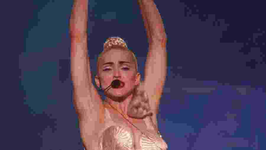 Madonna com seu famoso sutiã em formato de cone, marca registrada da cantora em diversas apresentações - Reprodução