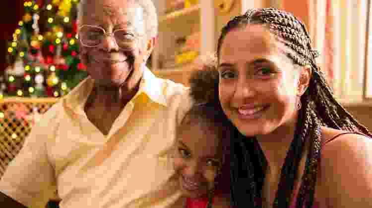 Orlando (Milton Gonçalves) com a filha Vera ( Camila Pitanga ) e neta Letícia (Gabriely Mota) no especial de Natal da Globo: Juntos a Magia Acontece - Estevam Avellar/Globo - Estevam Avellar/Globo