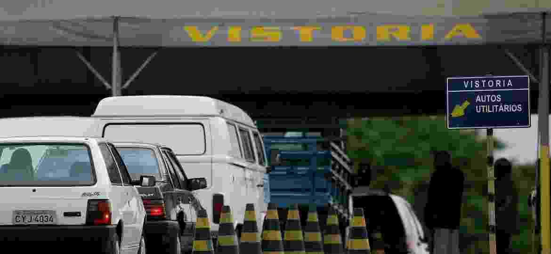 Veículos passam por vistoria em Detran; Locadoras dizem que Minas Gerais faz 1º licenciamento com mais rapidez - Rogerio Cassimiro/Folha Imagem