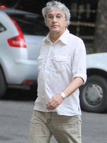 Caetano Veloso atravessando a rua no Leblon - Reprodução