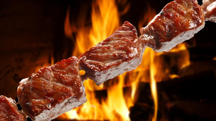 Espetinho de carne de boi pode ser de coxão mole, paleta, miolo de acém e até picanha - Ribeiro Rocha/Getty Images/iStockphoto