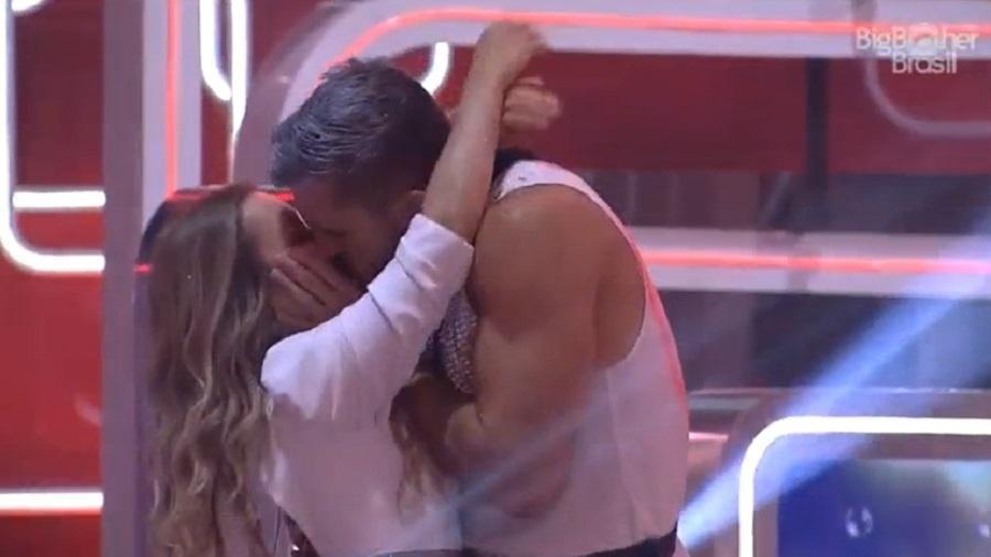 BBB 21: Arthur e Carla se beijam em festa - Reproduçao/Globoplay