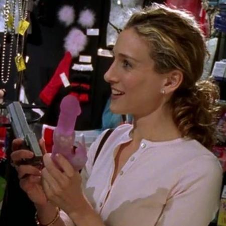 Sarah Jessica Parker em cena com o rabbit, em Sex and the City: seriado foi responsável por popularizar o vibrador - Reprodução