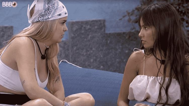 Viih Tube e Thaís conversam na área externa - Reprodução / Globoplay - Reprodução / Globoplay
