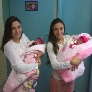 Jéssica, à esquerda, e Joyce deram à luz Valentina e Emanuelle no domingo (26) - Arquivo pessoal