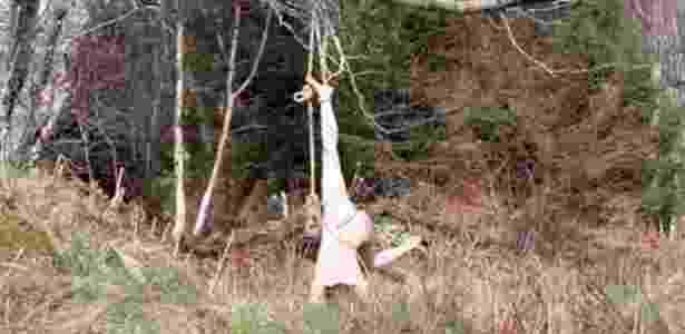 Norueguesa Hilde Krohn Huse queria filmar apenas pouco mais de um minuto em bosque britânico mas não conseguiu desfazer nó e ficou presa por meia hora - BBC