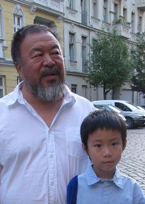 Ai Weiwei posa com seu filho em Berlim - Frank Zeller/AFP Photo