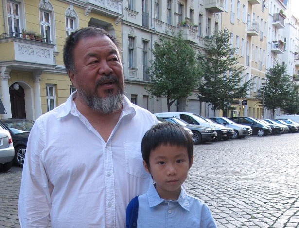 O artista chinês dissidente Ai Weiwei posa com seu filho, Ai Lao, em uma rua do bairro de Prenzlauer Berg, em Berlim - Frank Zeller/AFP Photo