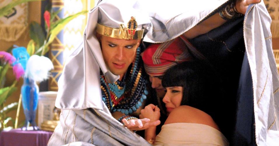 Ramsés tenta proteger Nefertari (Camila Rodrigues) e Amenhotep (José Victor Pires) da nuvem de gafanhotos