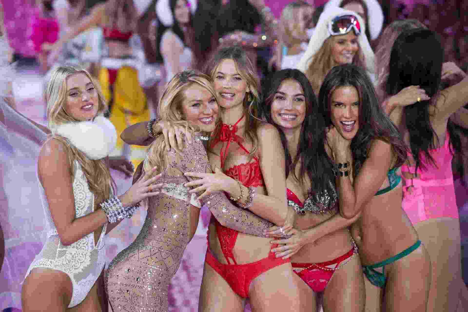 10.nov.2015 - As modelos Martha Hunt, Candance Swanepoel, Behati Prinsloo, Lily Aldridge e Alessandra Ambrósio se abraçam no fim do desfile, que aconteceu em NY e será transmitido em dezembro - Reuters