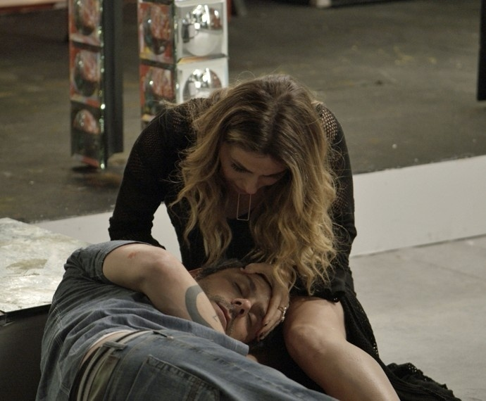 16.nov.2015 - Atena tenta reanimar Romero após novo desmaio em