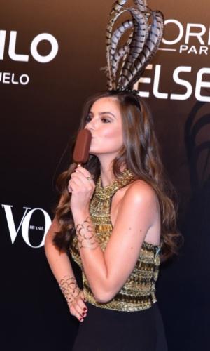 """28.jan.2015 - Camila Queiroz chega animada ao baile da Vogue no Hotel Unique em São Paulo. """"Lembro mais de carnaval da infância, quando brincava na rua, mas aqui é meu primeiro carnaval de verdade"""", explica a atriz"""