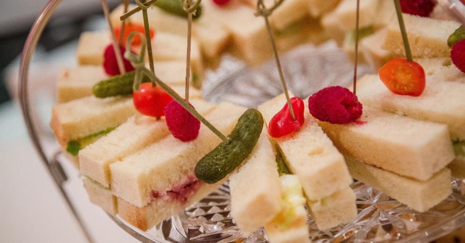 O único pedido dos pais da aniversariante era que tivessem opções mais saudáveis de lanches para as convidadas. Sanduíches de pepino com requeijão, geleia com requeijão e de maionese com salada foram servidos pelo bufê do hotel Plaza, em Nova York