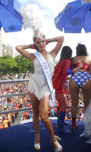 06.fev.2016 - A atriz Ísis Valverde é musa do Bloco da Favorita, que desfila pela orla de Copacabana, no Rio de Janeiro.