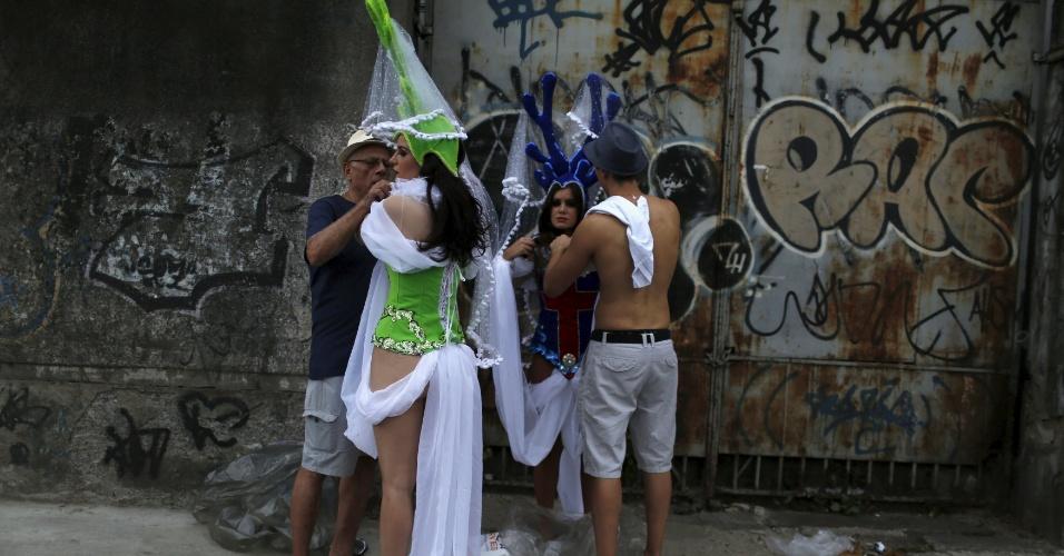 7.fev.2016 - Passistas se preparam para o primeiro dia de desfiles das escolas de samba do Grupo Especial de Rio de Janeiro