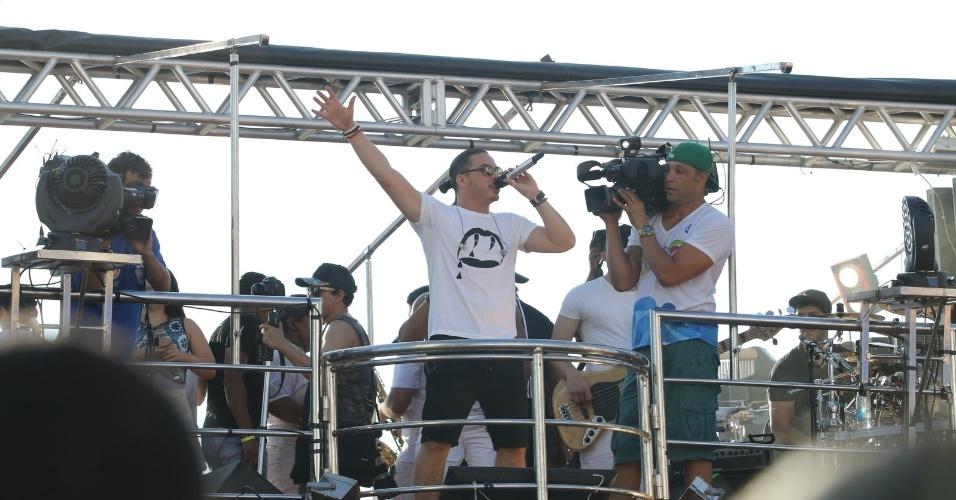"""9.fev.2016 - Com gritos de """"Vai Safadão"""", Wesley Safadão agita o público no circuito Campo Grande no sétimo dia do Carnaval de Salvador"""
