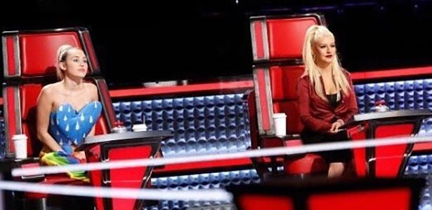 """Miley Cyrus ao lado de Christina Aguilera na 10ª temporada do """"The Voice"""" - Reprodução/NBC"""