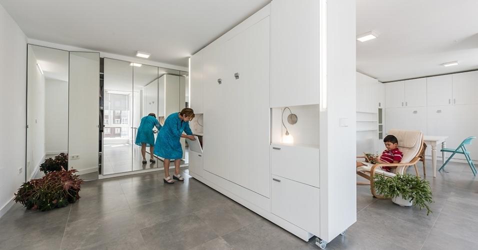 No quarto do casal, cama e criado-mudo ficam escondidos dentro de um módulo quando não estão em uso.