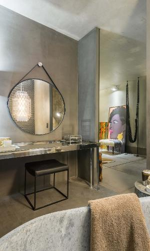Casa Cor MG - 2016: a Suite Máster, projetada por Melina Mundim, trabalha referências Art Déco e propõe uma saída esperta para o banheiro: as paredes de cimento foram combinadas a peças com jeitinho de galeria de arte e destacam o espelho redondo preso à superfície por uma alça. Aliás, se você quer dar aquela 'hipsterizada' na decoração, essa é a peça da vez