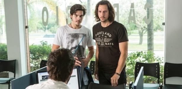 """Zac (Nicolas Prattes) e Gui (Vladimir Brichta) vão ao cartório em Goiânia, em """"Rock Story"""" - Reprodução/GShow"""