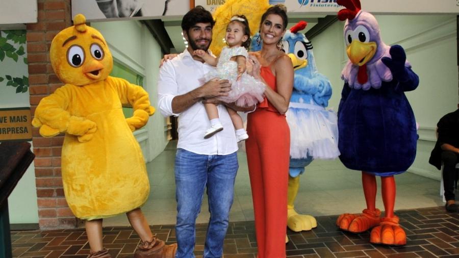 Deborah Secco e marido fazem festa da Galinha Pintadinha para filha no Rio - Divulgação/AgNews