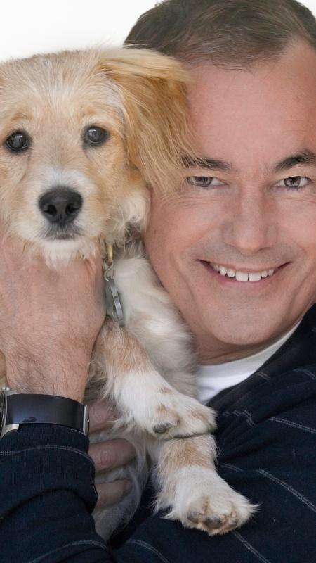 O escritor W. Bruce Cameron com Tucker, seu cachorro na vida real - Ute Ville/Divulgação