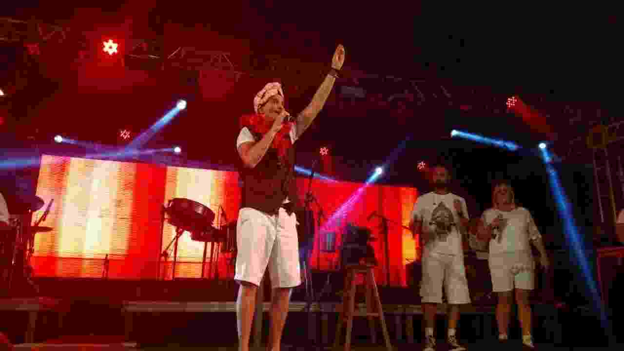 Após passar cinco anos longe dos palcos, o cantor Netinho está de volta ao Carnaval de Salvador. Recuperado de um AVC (Acidente Vascular Cerebral), ele fez um show neste sábado (25) - Felipe Pinheiro/UOL