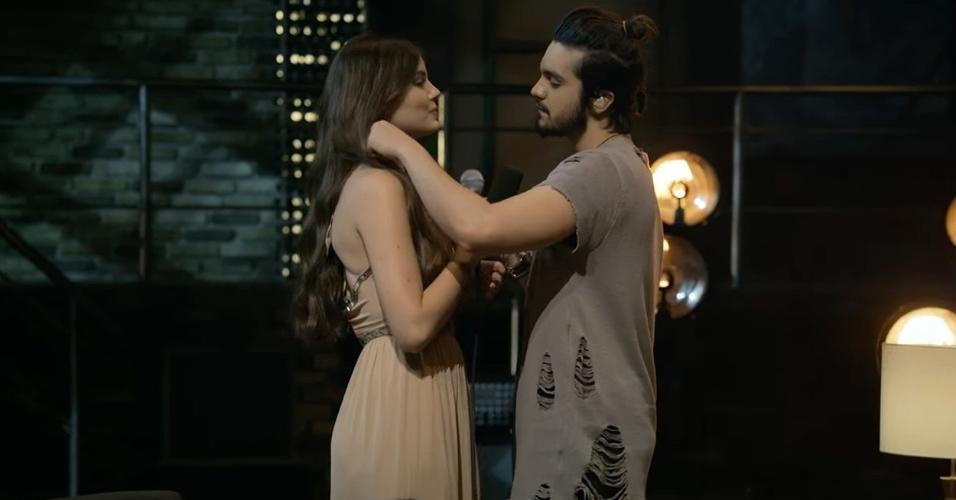 """Luan Santana troca carinhos com Camila Queiroz em cena do clipe """"Amor de Interior"""""""