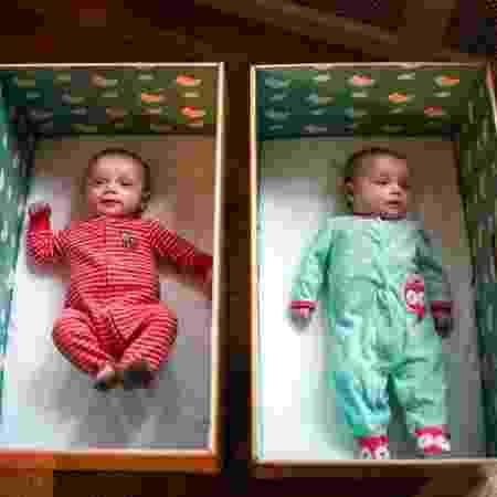 Dormir em caixas de papelão é uma forma de sono seguro para bebês recém-nascidos - Reprodução/Maddie McGarvey/NPR