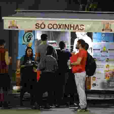 Público da Virada Cultural compra coxinhas no Anhembi - Simon Plestenjak/UOL - Simon Plestenjak/UOL