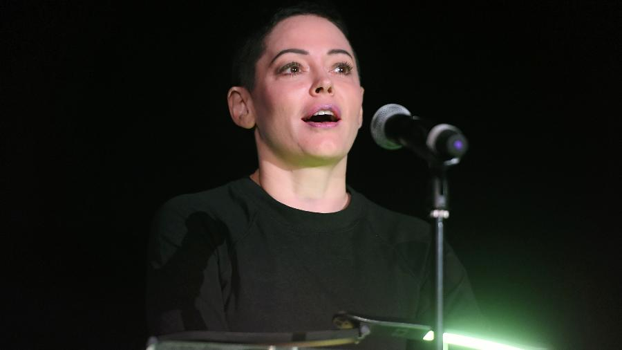 A atriz Rose McGowan discursa em festival de cinema em Los Angeles, em abril de 2017 - Matt Winkelmeyer/Getty Images for TCM