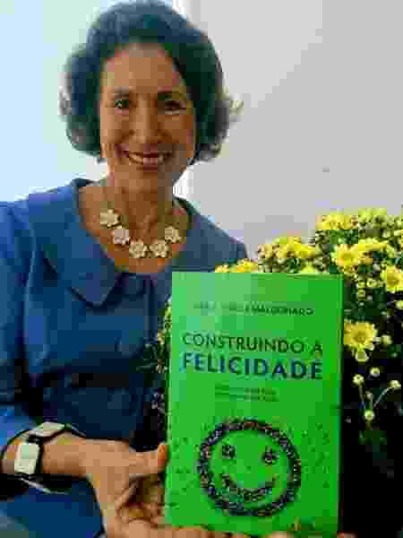 Maria Tereza posa com o livro. - Divulgação - Divulgação