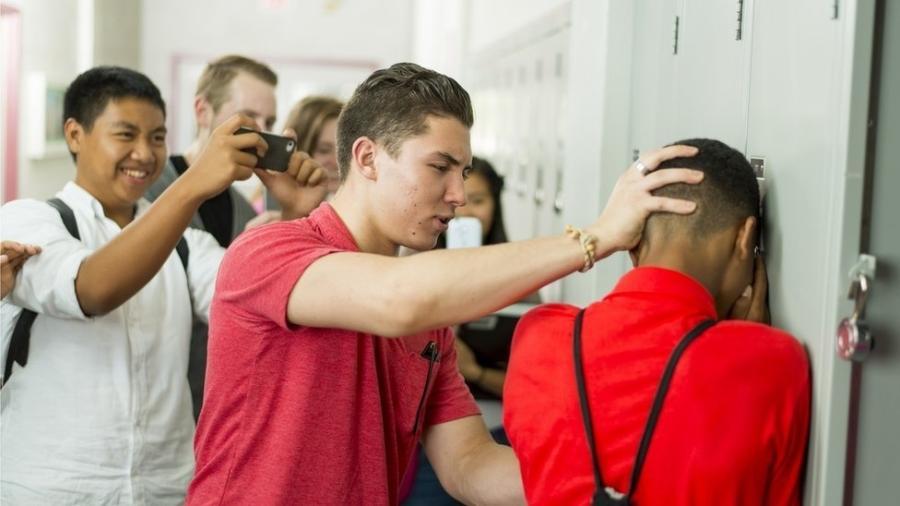 Comportamentos repetitivos em que haja desequilíbrio de poder e intenção de humilhar são bullying - e é preciso que adultos intervenham, diz autora - Getty Images